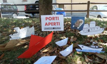 Migranti, barchette di carta anche nel parco Gramsci a Calolziocorte