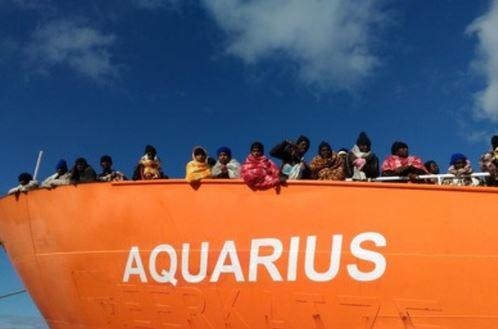 Migranti, Salvini chiude i porti italiani