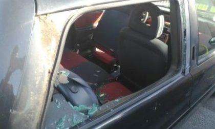 Folle raid vandalico: auto e distributore distrutti a martellate