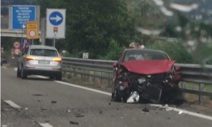 Incidente in super 36, auto si schianta contro il guard rail