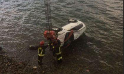 Paura a Varenna: un 50enne esce fuori strada e finisce nel lago FOTO SIRENE DI NOTTE
