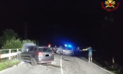 Scontro frontale tra due auto nella notte: cinque persone coinvolte