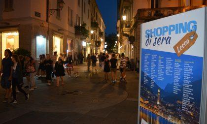 Shopping di sera, il primo giovedì di saldi: acquisti ad un prezzo vantaggioso anche dopo le 21