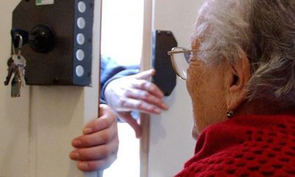 In azione truffatori che si fingono del Comune per aiutare gli anziani e invece li raggirano