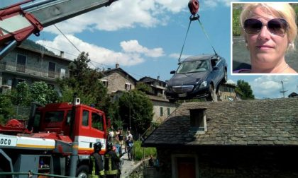 Auto esce di strada e vola su una casa: muore una 46enne