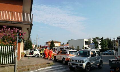 Schianto in viale Verdi, un'auto sfonda la vetrina di Airoldi FOTO
