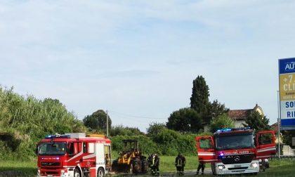 Trattore in fiamme intervengono i Vigili del Fuoco