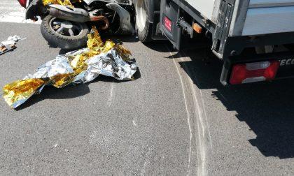 Grave incidente tra motorino e autocarro, ferita una donna