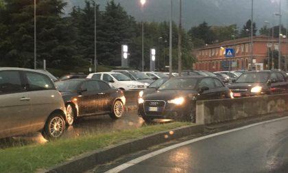Pioggia e auto in panne: traffico in tilt a Lecco FOTO