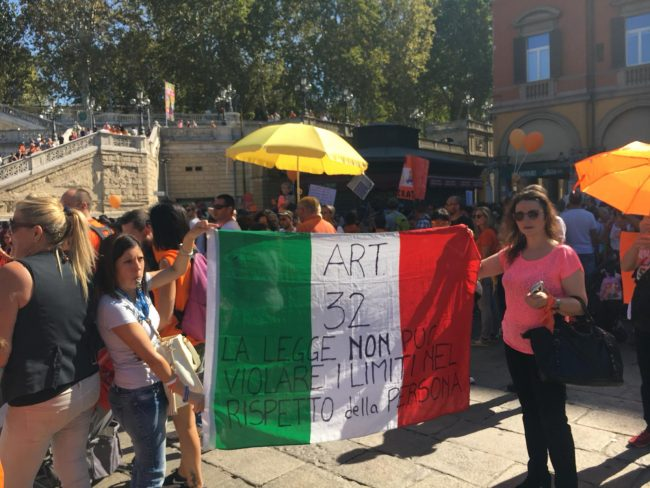 Mamme e papà lecchesi in piazza per dire no all&#8217&#x3B;obbligo vaccinale FOTO E VIDEO DELLA MANIFESTAZIONE DI BOLOGNA