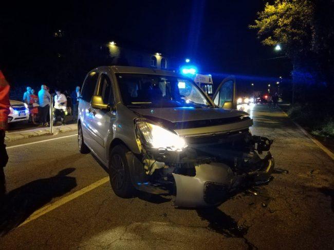 Provoca un incidente e scappa ma&#8230&#x3B; perde la targa FOTO E VIDEO