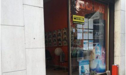 Paura a Lecco: uomo manda in frantumi una vetrina,  ferita una giovane donna