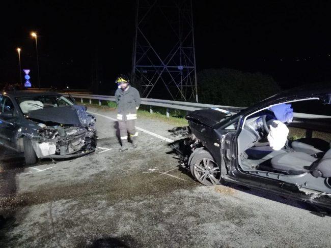 Terribile scontro frontale tra due auto, donna incinta in gravi condizioni  FOTO