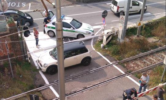 Incredibile: auto intrappolata nel passaggio a livello, RITARDI FINO A 40 MINUTI FOTO