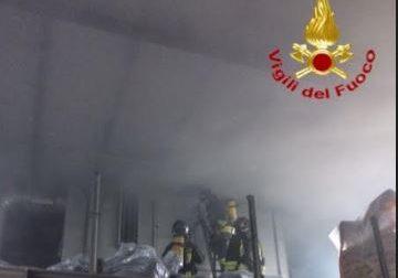 I Vigili del Fuoco domano un incendio a Mandello