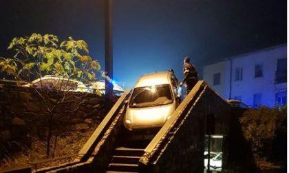 Paura per un'auto fuori strada… anzi sulle scale! SIRENE DI NOTTE
