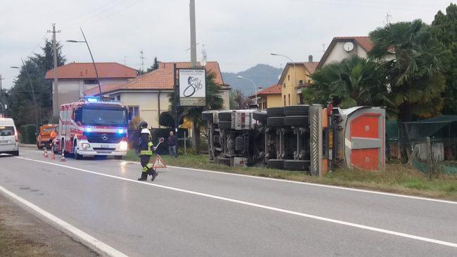 Colpito da malore mentre guida il camion: il tir si ribalta FOTO e VIDEO
