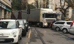 Ci risiamo: tir bloccato in piazza Manzoni poi esce… in contromano FOTO E VIDEO