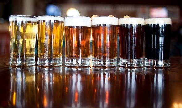 I colori della birra: varie pinte sul bancone