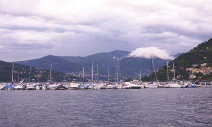 Si tuffa dal battello nel lago di Como