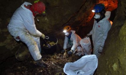 Pulizie al buio… almeno nella grotte della Valsassina