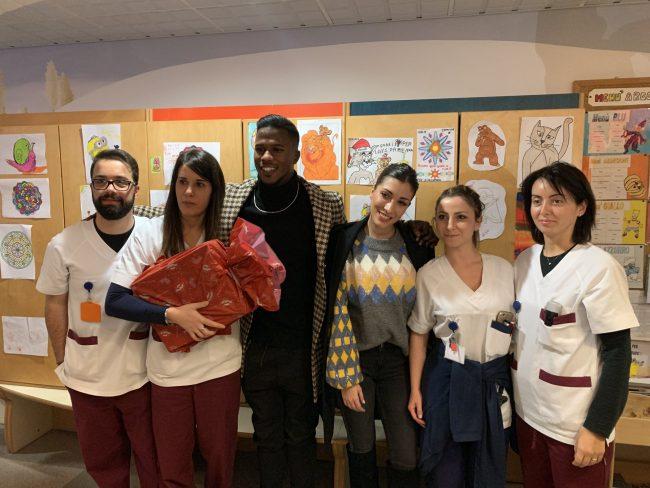 Keita cuore d&#8217&#x3B;oro: porta i doni ai bambini del Manzoni FOTO E VIDEO