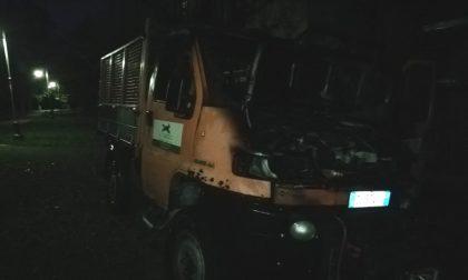 Ancora un incendio vettura: le fiamme divorano il furgone dei volontari FOTO