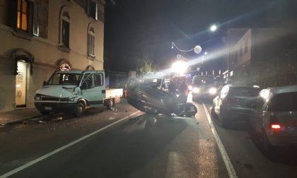Maxi incidente tra auto e camion: vettura ribaltata, Provinciale chiusa e traffico in tilt FOTO