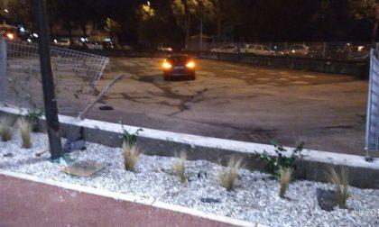 """Auto """"tira dritto"""" ed esce di strada alla rotonda FOTO –  SIRENE DI NOTTE"""