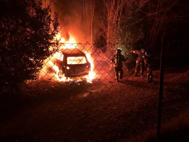 Auto in fiamme nei boschi vicino all&#8217&#x3B;Osservatorio VIDEO