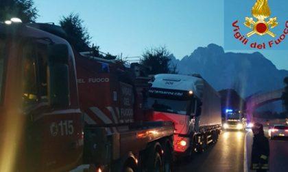 Camion incastrati e in panne: super lavoro per i Vigili del Fuoco FOTO
