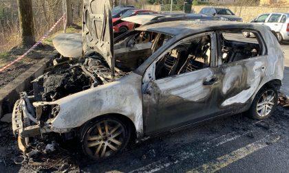 Incendio nella notte: due auto in fiamme in via Kennedy FOTO