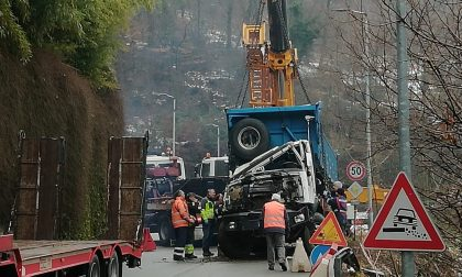 Due ore di lavoro per recuperare il camion finito nella scarpata a Calolzio FOTO