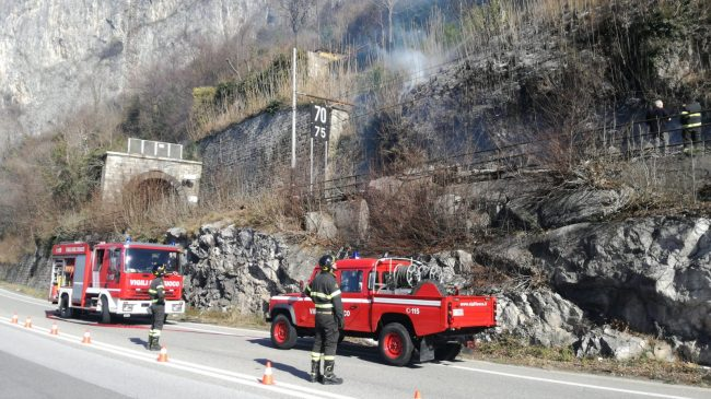 Binario di fuoco tra Abbadia e Lecco: Vigili del fuoco in azione FOTO E VIDEO
