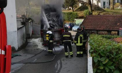Incendio camion dei rifiuti, intervengono i Vigili del fuoco FOTO
