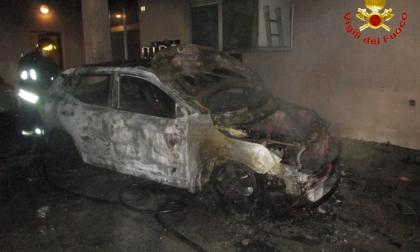 Auto a fuoco nella notte: intervento dei Vigili del Fuoco FOTO