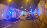 Schianto in galleria: auto contro una ambulanza, 4 feriti FOTO