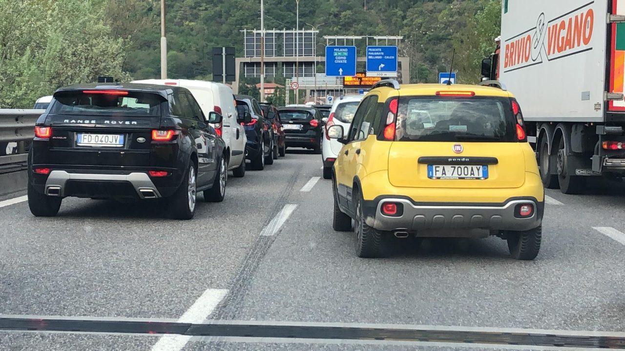 Tir in panne sulla Statale 36: traffico bloccato da Lecco verso Milano