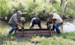 I soliti idioti buttano nel lago una panchina: recuperata dagli amis di pumpier  FOTO