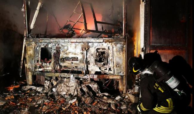 Incendio a Lezzeno: brucia il box vicino alle abitazioni VIDEO