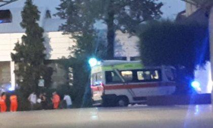 Maxi mobilitazione per un incendio in ditta: una decina di intossicati, quattro in ospedale FOTO