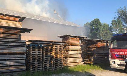 Incendio in falegnameria, maxi spiegamento di mezzi FOTO