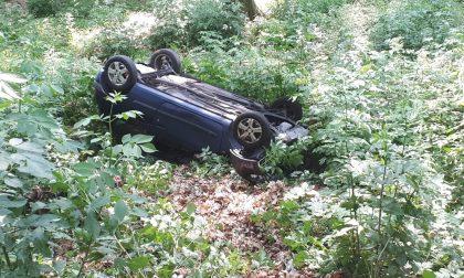 Auto ribaltata, colpa del freno a mano: mamma e figlia nel dirupo FOTO