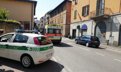 Quarantenne investita mentre attraversa la strada a Lecco FOTO