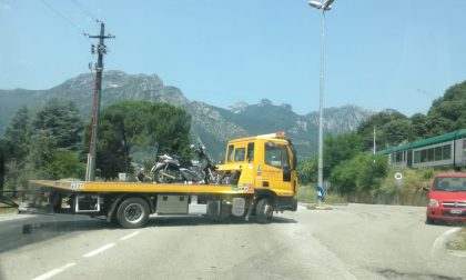 Collisione all'uscita del sottopasso di Sala al Barro, a terra un 33enne in moto