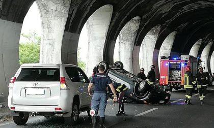 Auto ribaltata in Statale 36: traffico in tilt FOTO