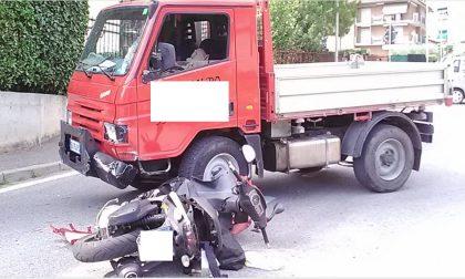 Moto si schianta contro un furgone: centauro in ospedale FOTO