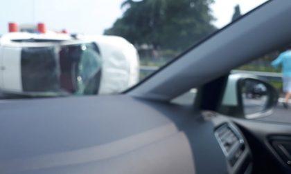 Auto ribaltata in Statale 36: 26enne in ospedale. Traffico in tilt verso Lecco