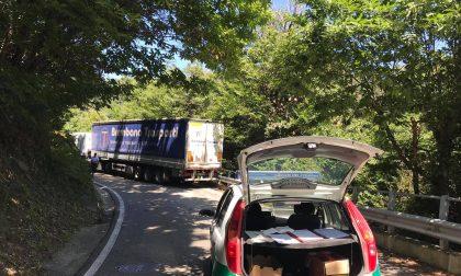 Sbaglia strada e si incastra, Provinciale bloccata