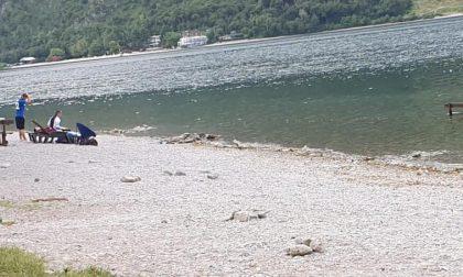 Vandali in azione ad Abbadia: tavolo gettato nel lago